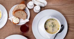 Crème de champignons avec pain servis à table