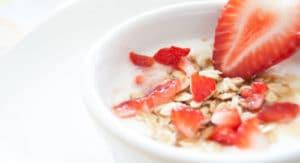 Bol de gruau et fraises