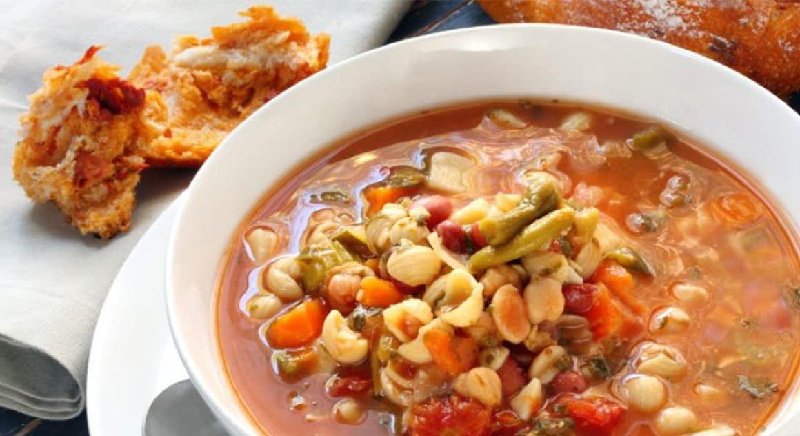 Bol de soupe méditérranéenne aux pois chiches