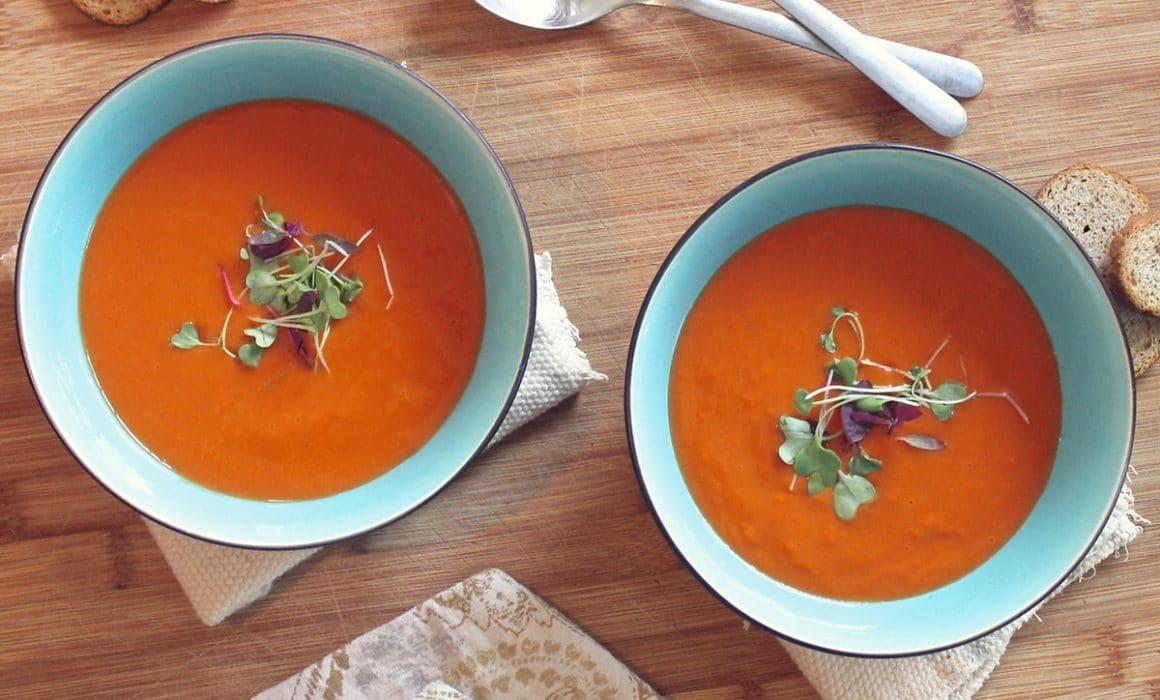 bols de soupe de lentilles aux tomates