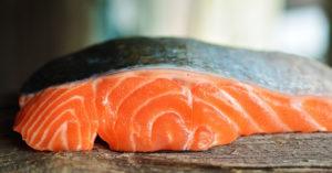 pavé de saumon sur une planche