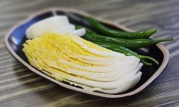 chou chinois avec oignon et piment fort