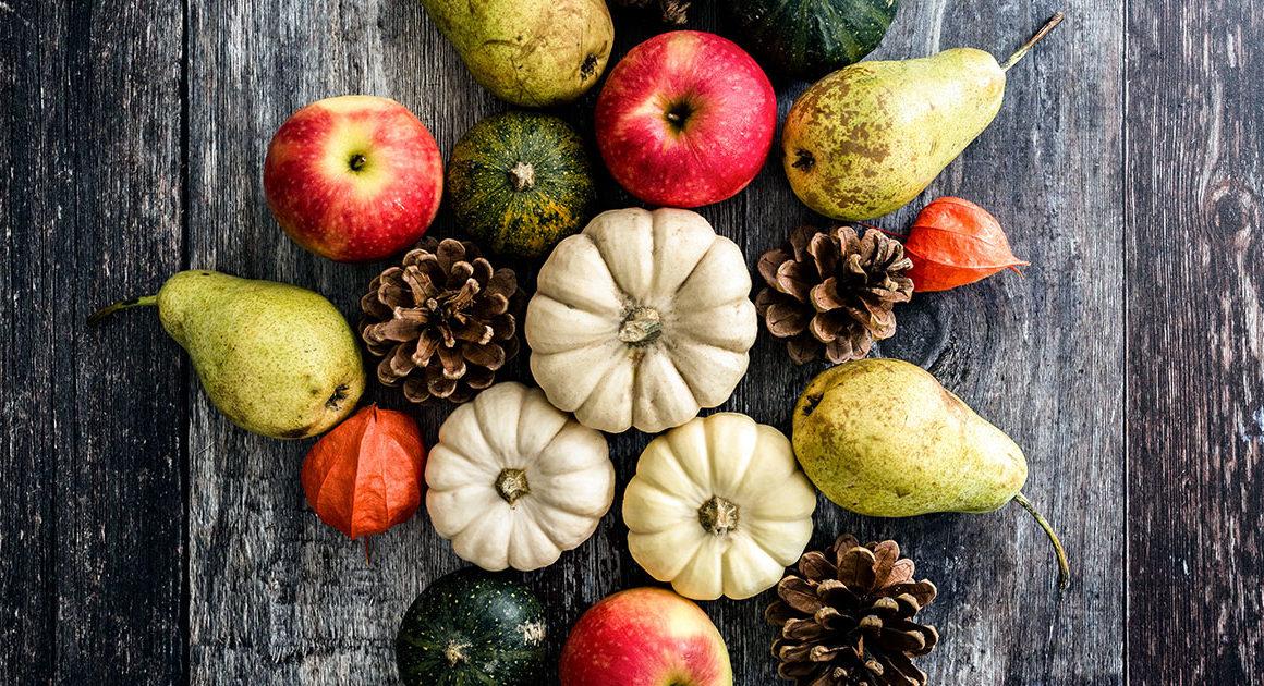 citrouilles, poires, pommes et cocottes sur du bois